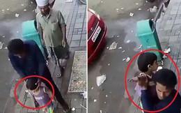 Giật mình cảnh tượng kẻ lạ thản nhiên bắt cóc bé gái 2 tuổi trước sự có mặt của bố mẹ chỉ trong vài giây