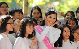 Hoa hậu Trần Tiểu Vy về trường cũ tại Hội An dự lễ chào cờ