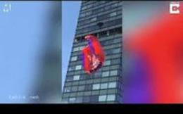 Clip: Thanh niên nhảy dù từ nóc tòa nhà 19 tầng, gặp cái kết đầy đau đớn