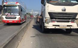 Chạy vào làn ô tô, 2 thanh niên bị xe container tông nguy kịch