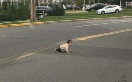 Thót tim với hình ảnh bé trai bò ngang qua đường quốc lộ, xung quanh không hề có cha mẹ hay người thân nào