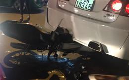 """Xe máy cắm chặt, """"nhấc bổng"""" ô tô 4 chỗ sau tai nạn ở Sài Gòn"""