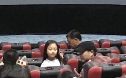 Rò rỉ hình ảnh Giả Nãi Lượng đưa con gái đi xem phim với một người phụ nữ lạ mặt