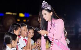 Xuất hiện với diện mạo xinh đẹp, Tân Hoa hậu Tiểu Vy vẫn bị soi đội vương miện cong vênh