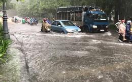 TPHCM: Mưa lớn nhấn chìm nhiều tuyến đường