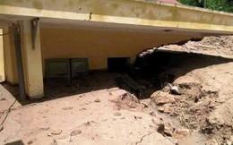 Kinh hoàng bùn đất ngập tận nóc lớp học
