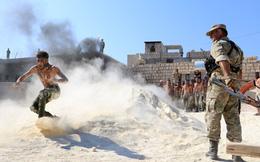 24h qua ảnh: Chiến binh quân nổi dậy Syria cởi trần luyện tập trên cát