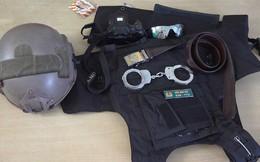 Thanh niên mặc trang phục cảnh sát cơ động có biểu hiện nghi vấn