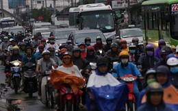 Người dân đội mưa ùn ùn đổ về TP.HCM sau kì nghỉ lễ Quốc khánh 2/9