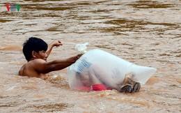 Trưởng phòng GD&ĐT huyện: Học sinh chui túi nilon vượt suối tới trường là tương đối an toàn