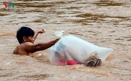 Học sinh chui túi nilon vượt suối dữ đến trường dự khai giảng ở Điện Biên: Lãnh đạo tỉnh nói gì?
