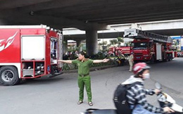 Cháy lớn nhiều nhà dân ở gần cầu Bình Lợi, khói đen bốc cao nghi ngút