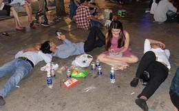 """Hình ảnh """"nhìn thôi đã mệt"""": Thanh niên say bét nhè nằm lăn ra giữa phố đi bộ, trẻ con đi theo bố mẹ vạ vật chờ giao thừa"""