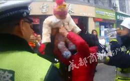 Bị cảnh sát phạt, người đàn ông mang cháu gái 6 tháng tuổi ra làm 'bia đỡ đạn'