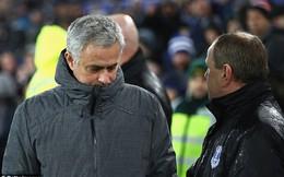 """Bỏ bê công việc, hành động kỳ quặc, Mourinho đang tính """"đánh bài chuồn"""" khỏi Man United?"""