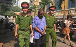 Người nước ngoài rút tiền bằng hộ chiếu giả ở Sài Gòn