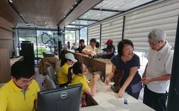 Khách Tây háo hức xếp hàng dài đi buýt sông đầu tiên ở Sài Gòn