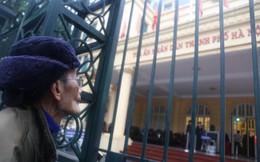 Người dân đội mưa quan sát vụ xử ông Đinh La Thăng và đồng phạm