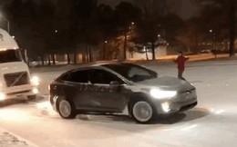 Xe điện Tesla lôi xe container lên dốc giữa trời mưa tuyết khiến cộng đồng mạng bất ngờ