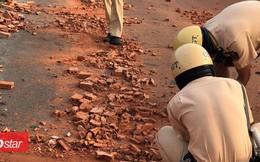 Hành động đẹp: CSGT TP.HCM dùng tay dọn dẹp từng viên gạch từ xe đầu kéo gặp nạn trên đường