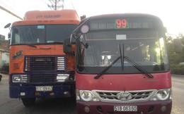Bất chấp tính mạng hàng chục hành khách, tài xế xe buýt tăng ga truy đuổi container trên quốc lộ