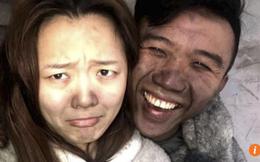Cặp vợ chồng vô tư chụp ảnh 'tự sướng' dù nhà cháy và lý do gây tranh cãi