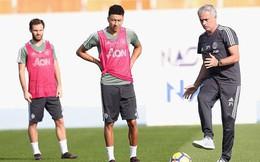 Mourinho sút thị phạm, cầu thủ Man Utd cười hết cỡ ở Dubai