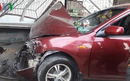 Ô tô 4 chỗ mất lái, tông sập cửa quán ăn lúc rạng sáng