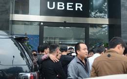 Hàng trăm tài xế Grab, Uber kéo về trụ sở ở Hà Nội để yêu cầu giảm chiết khấu