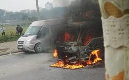Một xe tải đang bốc cháy gần cầu Đông Trù