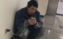 Người đàn ông tối nào cũng cầm điện thoại ra ga tàu điện ngầm và câu chuyện đẫm nước mắt phía sau