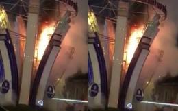 Đèn hoa Tết gần nhà thờ Đức Bà bốc cháy, nhiều người đi đường hốt hoảng