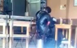 Clip: Cặp đôi thản nhiên thể hiện tình cảm nồng thắm giữa quán cà phê khiến nhiều người ngại ngùng