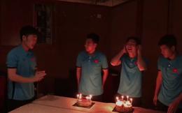 """Hớn hở với bánh sinh nhật, Công Phượng không ngờ lại """"mắc bẫy"""" của Xuân Trường"""