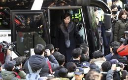 24h qua ảnh: Phóng viên vây kín xe chở đại biểu Triều Tiên tới tiền trạm Hàn Quốc