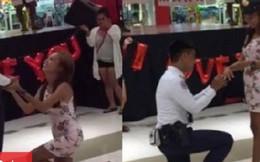 Cô gái quỳ gối cầu hôn bạn trai tại trung tâm thương mại và cái kết bất ngờ