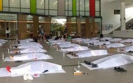 """Trường đại học Singapore cho sinh viên giả vờ nằm đắp chiếu """"ra đi chân lạnh toát"""" để trải nghiệm cái chết"""