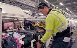 """Clip: Nhân viên sân bay Nhật Bản nâng niu từng va li của hành khách như """"em bé"""""""