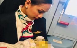 Nữ tiếp viên hàng không cho trẻ sơ sinh bú nhờ trên máy bay gây 'bão' mạng