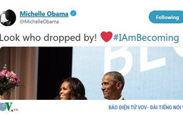 Video: Ông Obama cầm hoa bất ngờ xuất hiện ở buổi quảng bá sách của vợ