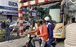 Xe khách giường nằm đâm tung barie cầu vượt ở Hà Nội