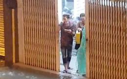 """Góc lạc quan: Thanh niên vác loa ra cửa hát """"Gọi đò"""" giữa lúc Sài Gòn chìm trong biển nước"""