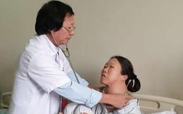 """Hoảng hồn nhìn khối u khổng lồ """"treo"""" trên cổ người phụ nữ suốt 20 năm"""