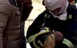 Lính cứu hỏa nhường mặt nạ chống độc cho em bé khiến cư dân mạng cảm động