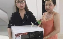 Cô gái được mẹ tặng lò vi sóng nhân dịp sinh nhật, nhưng dân mạng chỉ tập trung vào cách tặng độc đáo này