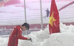 Hình ảnh Duy Mạnh cúi đầu trước quốc kỳ trên núi tuyết bất ngờ được dân mạng chia sẻ lại kèm lời chúc ý nghĩa