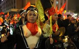 Video: 'Thầy trò Đường Tăng' ôm bình gas ra đường cổ vũ Việt Nam vô địch