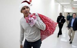 Cựu Tổng thống Obama hoá trang thành ông già Noel đến bệnh viện tặng quà cho các em nhỏ