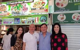 Rộ ảnh anh em bà Yingluck ăn mì Thaksin ở Singapore