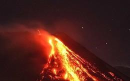 Cận cảnh núi lửa Etna nổi tiếng nhất châu Âu phun trào dung nham đỏ rực